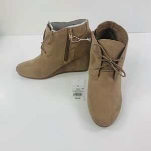 NWT size 8.5 taupe heeled ankle booties